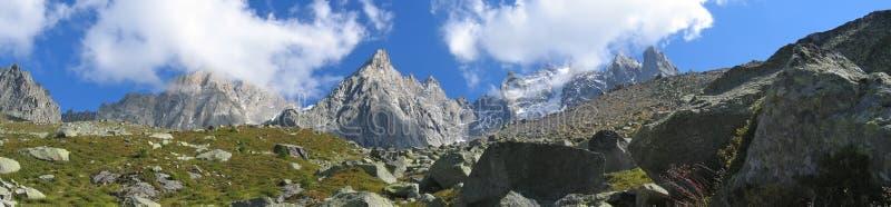 Montañas Con Los Campos De Hielo Imagen de archivo libre de regalías