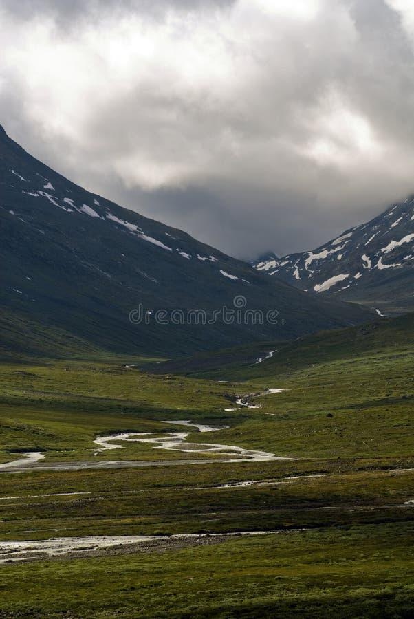 Montañas con los ríos en Jotunheimen imagen de archivo libre de regalías