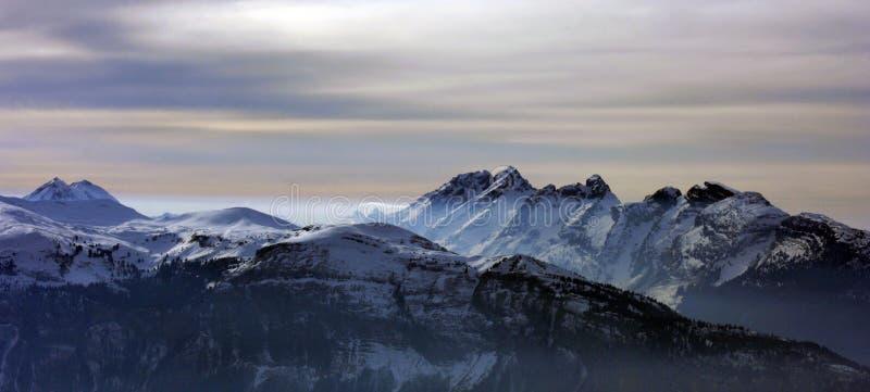 Montañas con niebla de la iluminación fotos de archivo libres de regalías