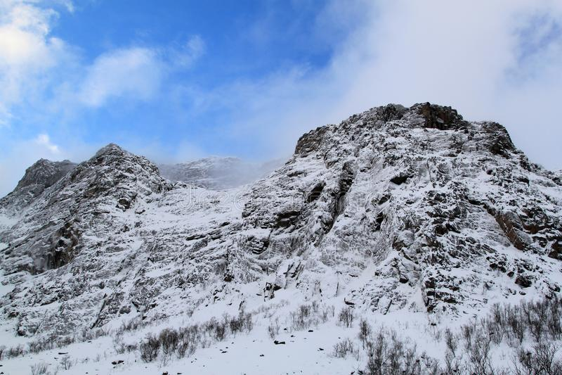 Montañas con nieve imagen de archivo libre de regalías