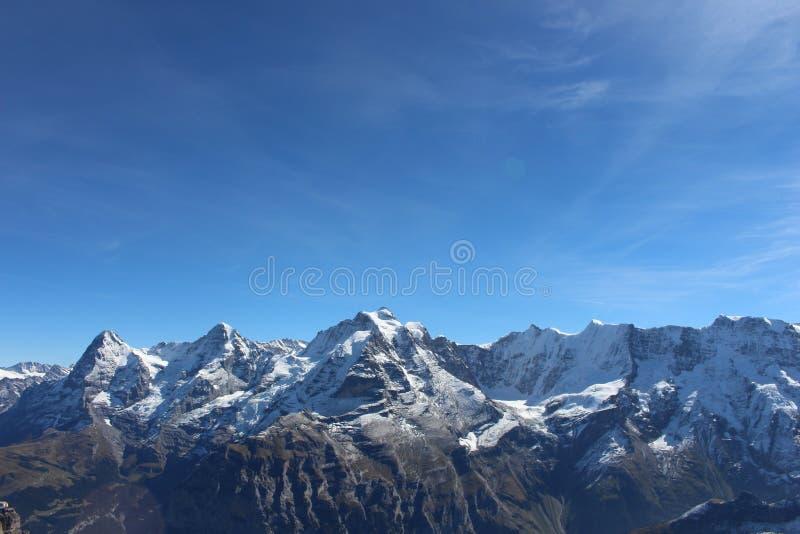 Montañas con nieve cerca de Zermatt, Suiza fotografía de archivo