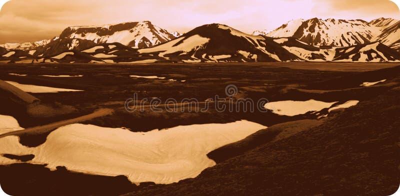 Montañas con nieve con un resplandor 2 fotografía de archivo libre de regalías