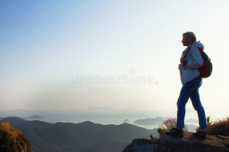 Montañas con vacaciones pesadas del concepto de la aventura de la pasión por los viajes de la forma de vida del viaje de la mochi fotos de archivo