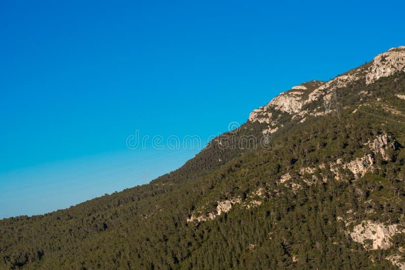 Montañas contra el cielo azul, Pratdip, Tarragona, España Copie el espacio para el texto fotos de archivo