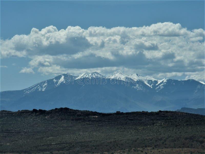 Montañas coronadas de nieve de Colorado con el revestimiento foto de archivo libre de regalías