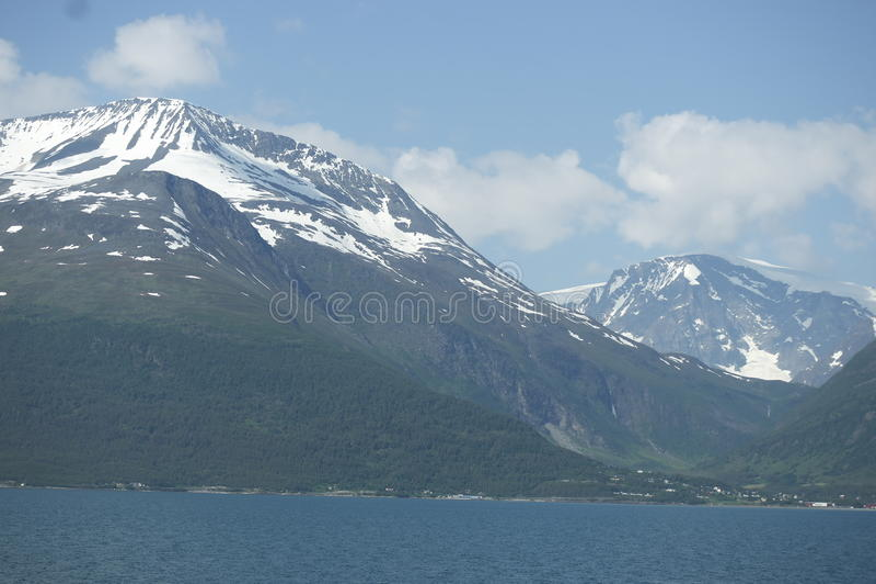 Montañas coronadas de nieve en Noruega fotografía de archivo libre de regalías