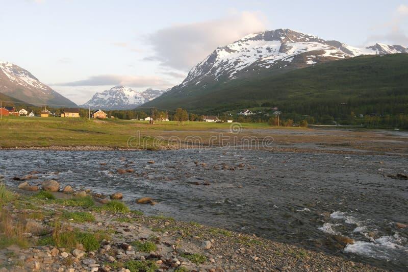 Montañas coronadas de nieve en Noruega imagen de archivo