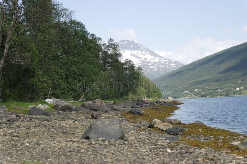 Montañas coronadas de nieve en Noruega imagenes de archivo