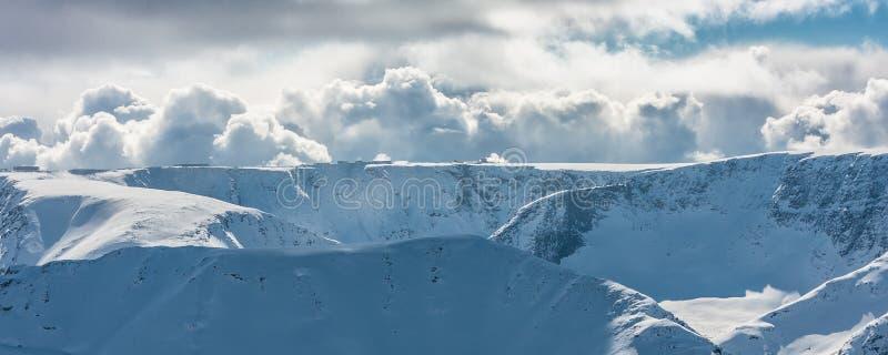 Montañas coronadas de nieve solares fotografía de archivo
