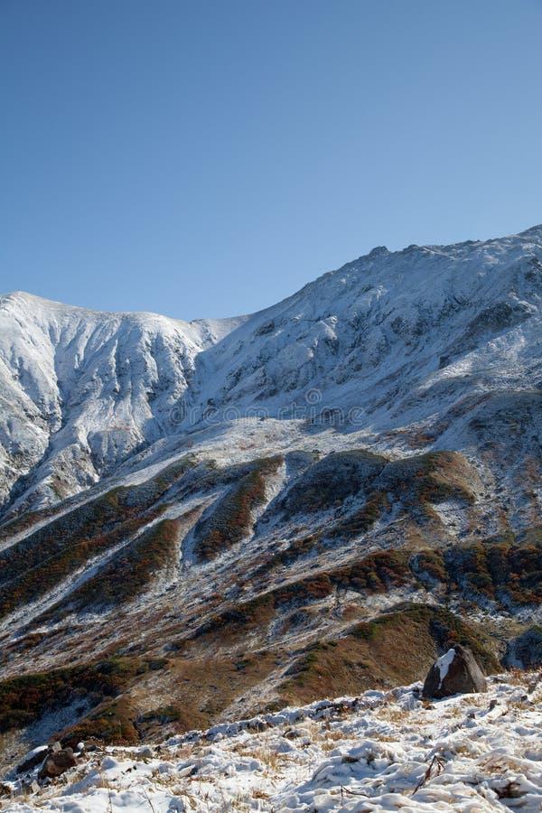 Montañas cubiertas con nieve fotografía de archivo libre de regalías