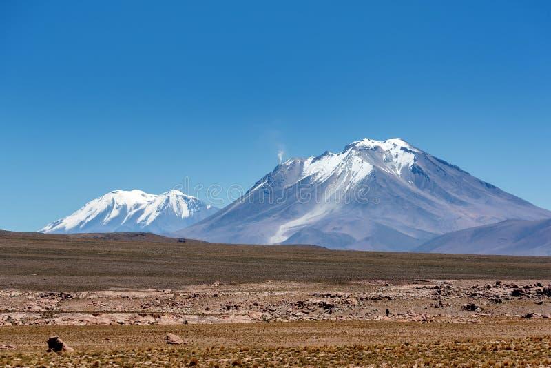 Montañas de Altiplano en la reserva Eduardo Avaroa en Bolivia imagen de archivo