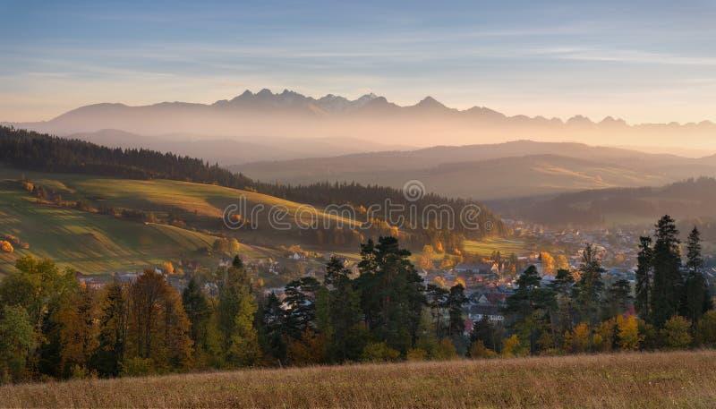 Montañas de Autumn Landscape Of Poland Tatra Hermosa vista de alto Tatras y de Sunny Valley pintoresco Ingenio rural polaco del p imagen de archivo