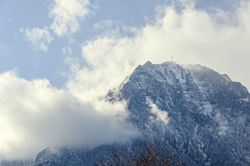 Montañas de Cárpatos, gama de Bucegi con la cruz en el top de Caraiman imágenes de archivo libres de regalías