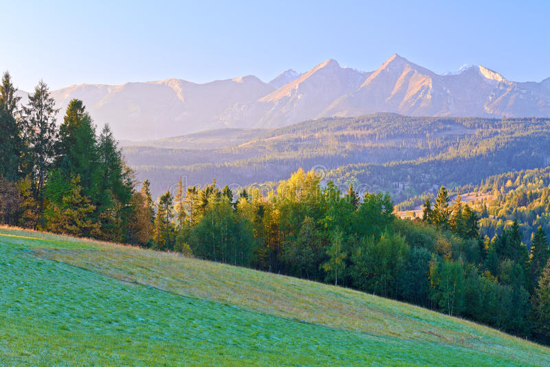 Montañas de Dawn Over The High Tatra. Cárpatos, Podhale, Polonia imágenes de archivo libres de regalías