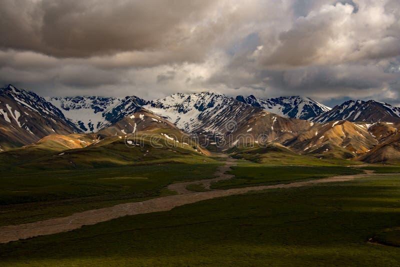 Montañas de Denali y nubes de tormenta imagenes de archivo