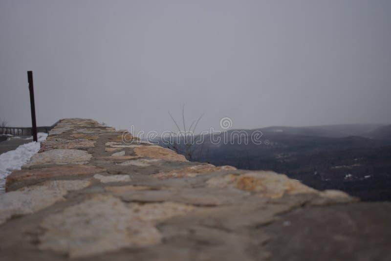 Montañas de desatención de la pared imagen de archivo libre de regalías