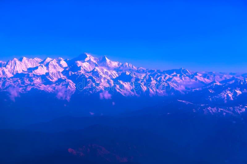 Montañas de Himalaya en Nepal, vista del pequeño pueblo Braga en el circuito de Annapurna fotografía de archivo libre de regalías