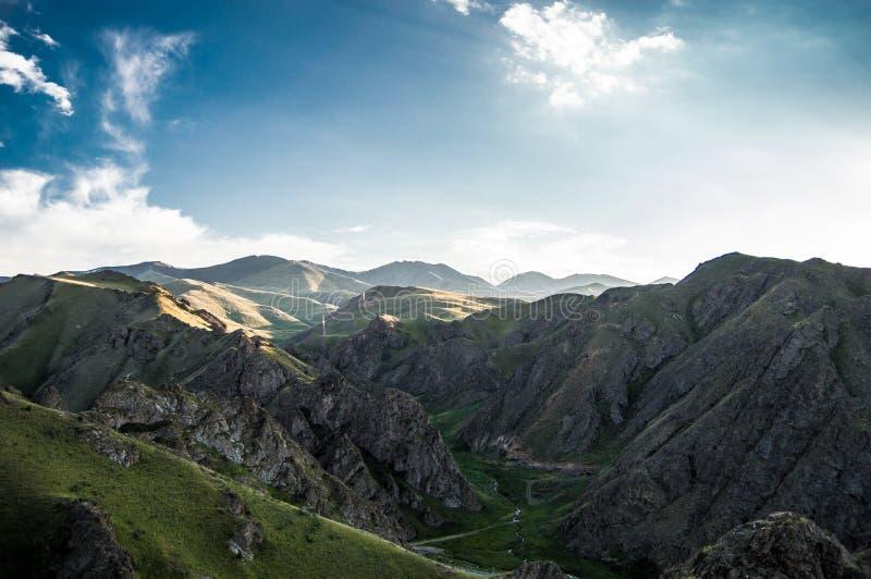 Montañas de Kirguizistán ilustración del vector