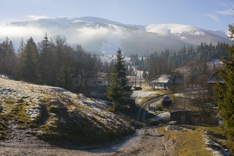 Montañas de la niebla de nieve del top de Cárpatos imagen de archivo libre de regalías