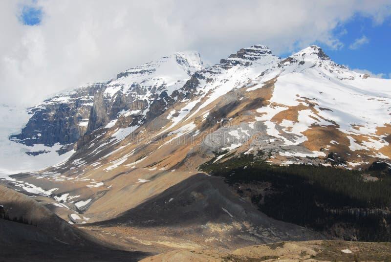 Montañas de la nieve foto de archivo libre de regalías
