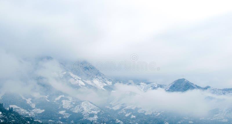 Montañas de la nieve imágenes de archivo libres de regalías