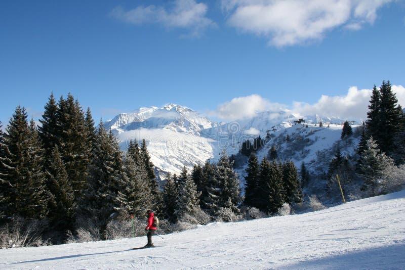 Montañas de la nieve del invierno foto de archivo