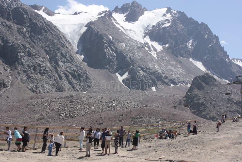 Montañas de la nieve en Almaty imagenes de archivo