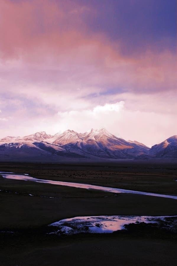 Montañas de la nieve y un río en Tíbet fotos de archivo