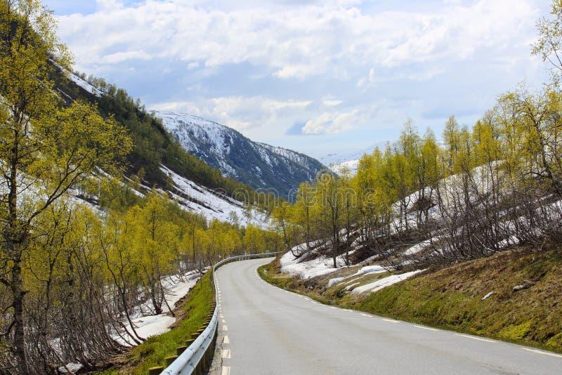 Montañas de la primavera y nieve de fusión imagen de archivo