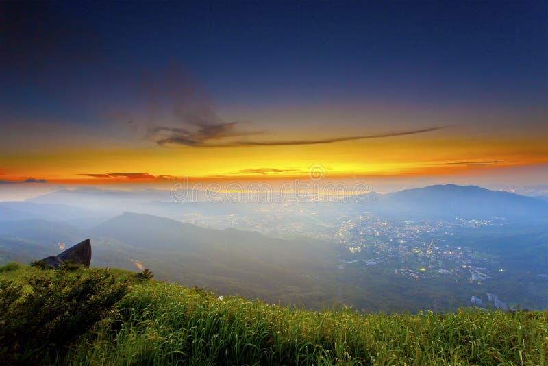 Montañas de la puesta del sol con las nubes cambiantes imagen de archivo libre de regalías