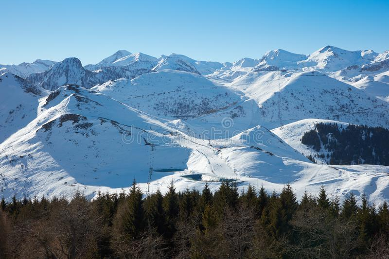 Montañas de las montañas con la nieve en invierno, cielo azul en un día soleado imágenes de archivo libres de regalías