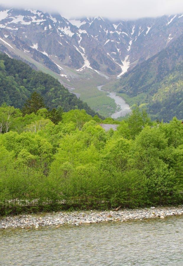 Montañas de las montañas de los campos de nieve de la opinión del río, Kamikochi, Japón imagen de archivo