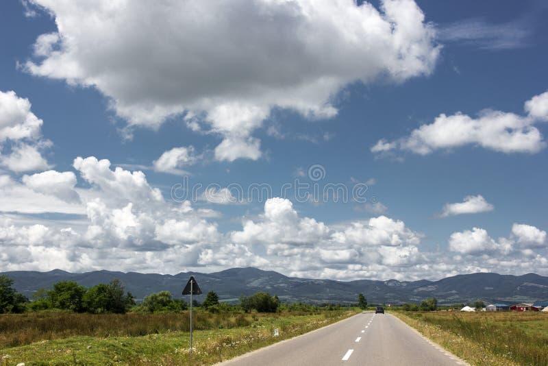 Montañas de las nubes bajas Cielo dramático rumania imagen de archivo libre de regalías