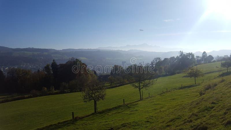 Montañas de los árboles de Suiza del zepelín del paisaje fotos de archivo