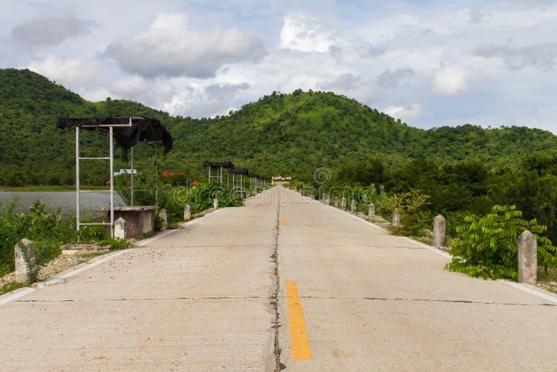 Montañas de los caminos concretos foto de archivo libre de regalías