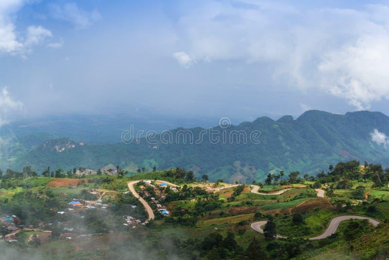 Montañas de niebla y nubladas fotos de archivo