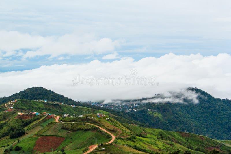 Montañas de niebla y nubladas fotografía de archivo libre de regalías