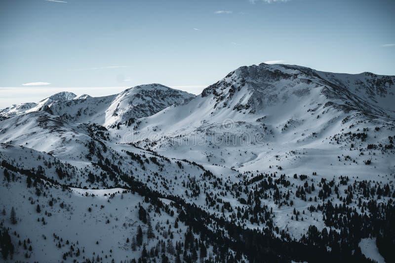 Montañas de Nocky en Austria que consigue cubierta en sombra Montañas del invierno durante puesta del sol fotografía de archivo