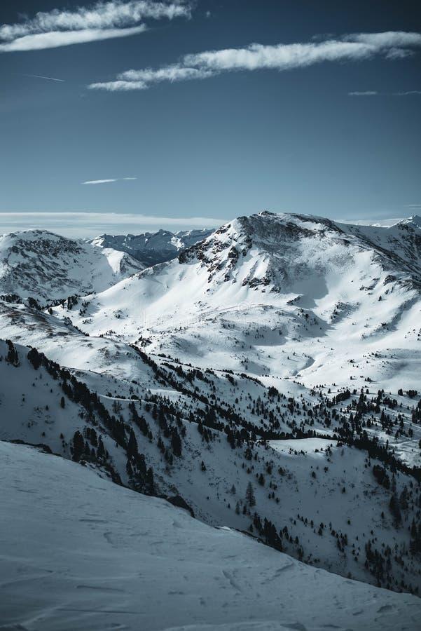 Montañas de Nocky en las montañas austríacas fotografiadas de una cuesta en febrero fotografía de archivo