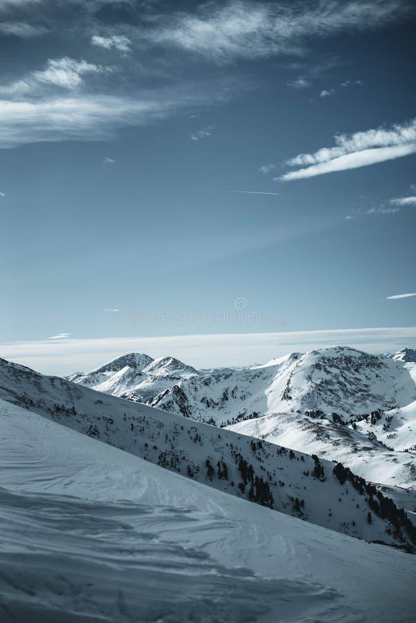 Montañas de Nocky en las montañas fotografiadas de una cuesta en febrero foto de archivo