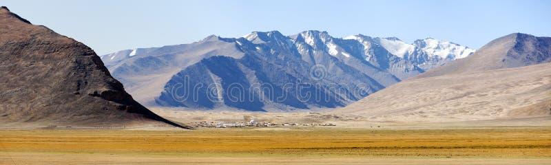 Montañas de Pamir en Tayikistán, pueblo debajo de las montañas fotografía de archivo