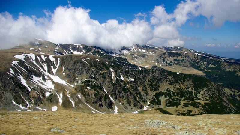 Montañas de Parang, Rumania. Canto de la montaña en nubes. fotografía de archivo