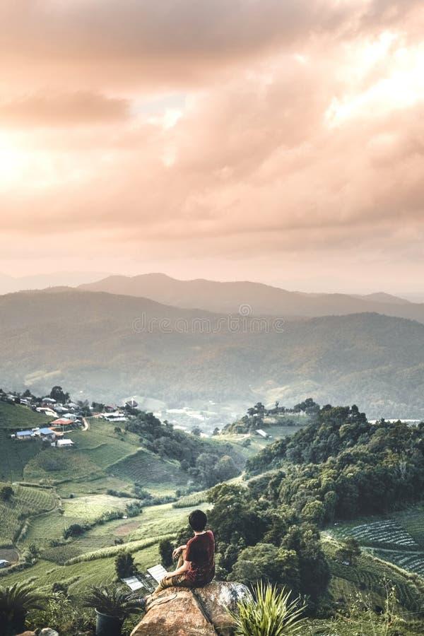 Montañas de relajación de la forma de vida del viaje del hombre del viajero fotos de archivo libres de regalías