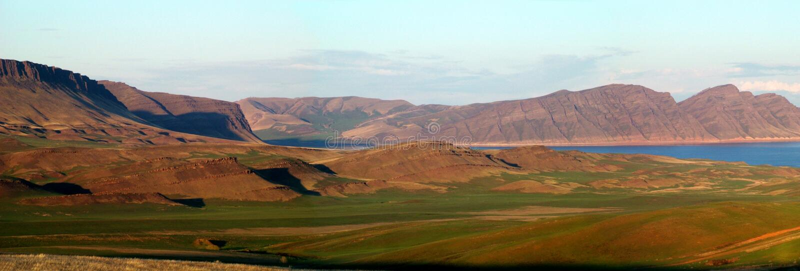 Montañas de Sayany y río del oeste de Enisey imagen de archivo libre de regalías