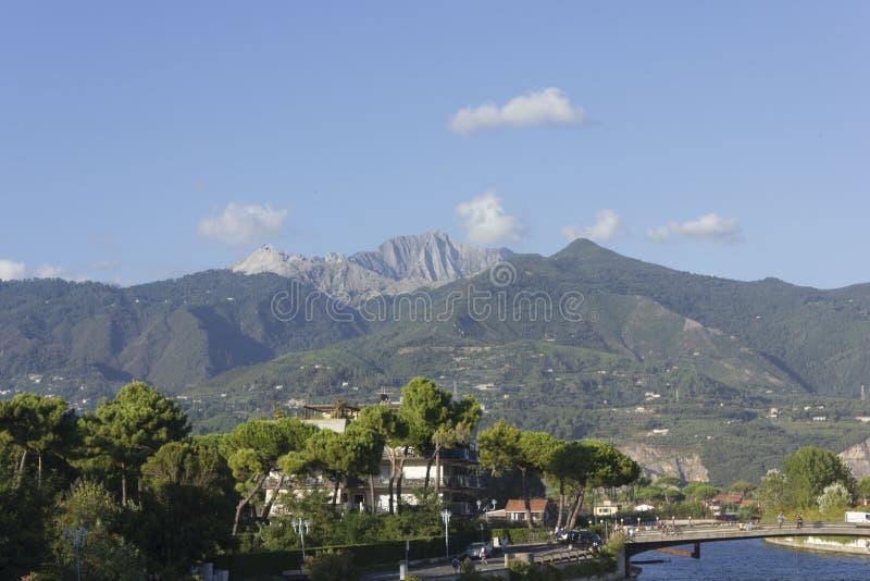 Montañas de Toscana Apuan fotografía de archivo libre de regalías