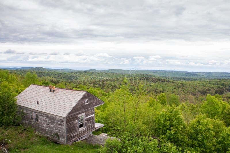 Montañas de Vermont de la cabina de la montaña del Hogback imagenes de archivo