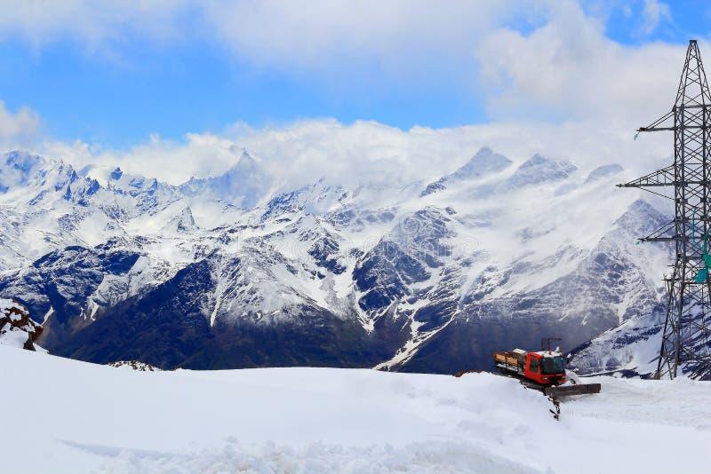 Montañas del Cáucaso con la máquina del quitanieves fotografía de archivo libre de regalías