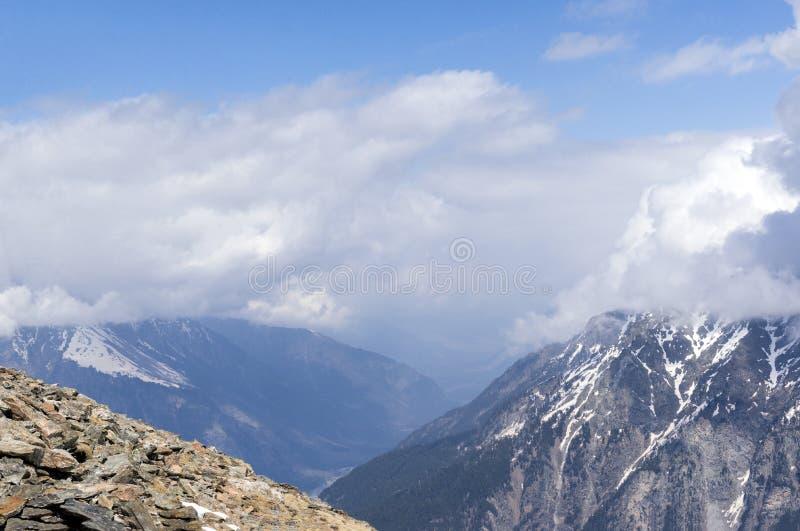 Montañas del Cáucaso del norte en el día soleado de la primavera fotografía de archivo libre de regalías