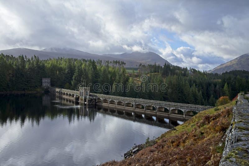 Montañas del escocés de la presa de Laggan imagen de archivo libre de regalías