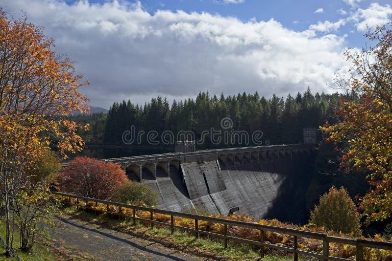 Montañas del escocés de la presa de Laggan fotos de archivo